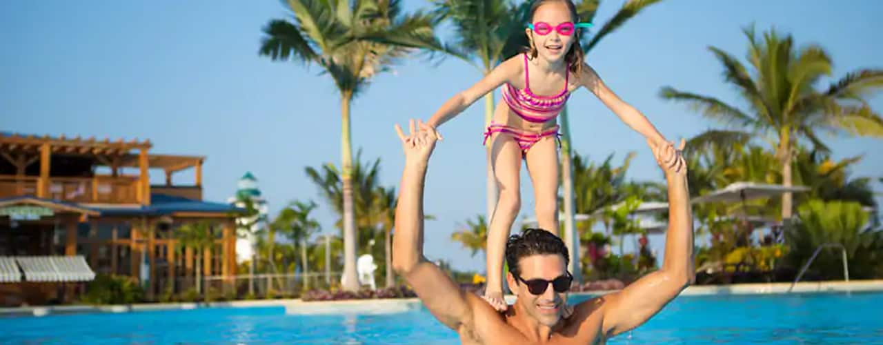 norwegian-cruise-line-father-and-daughter-in-pool